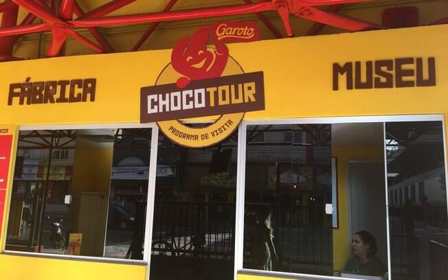 É possível fazer um tour na fábrica de chocolate, porém é um passeio pago e precisa checar os horários disponíveis
