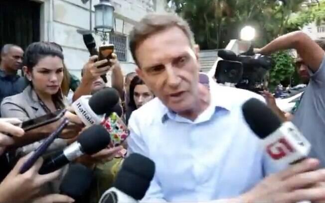 Momento em que o prefeito do Rio de Janeiro, Marcelo Crivella (PRB), empurra microfone de repórter da Globo