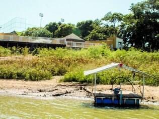 Flagrante. Imóvel de luxo retira água da lagoa Várzea das Flores de maneira irregular e ajuda na escassez do recurso hídrico
