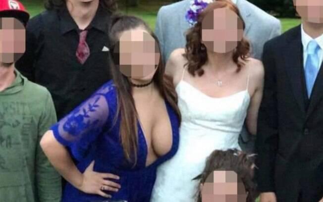 Convidada usa vestido decotado em casamento, aparece ao lado da noiva em foto é criticada pelos internautas em fórum