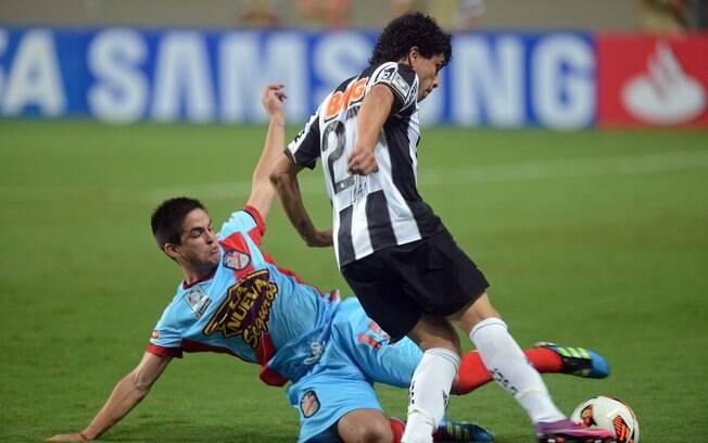 Luan tenta se livrar da marcação do Arsenal.  Ele fez o terceiro da goleada