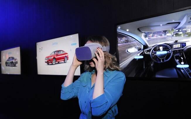 Espaço das concessionárias VW conta com óculos de realidade virtual para ver melhor a customização do carro do cliente
