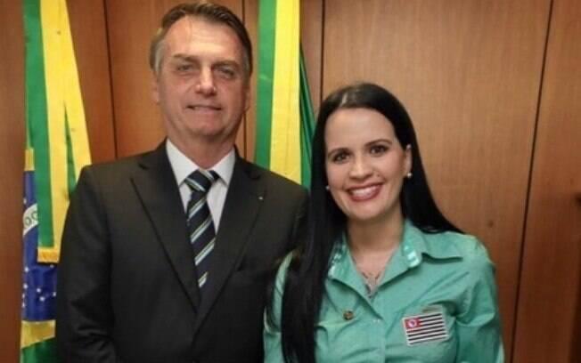 Deputada do PSL, Letícia Aguiar, ao lado de Bolsonaro; ela foi contra PL que pede a elaboração de estatísticas periódicas sobre as mulheres vítimas de violência