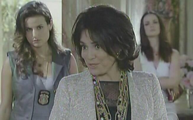Clô (Regina Duarte) assume o crime no final de