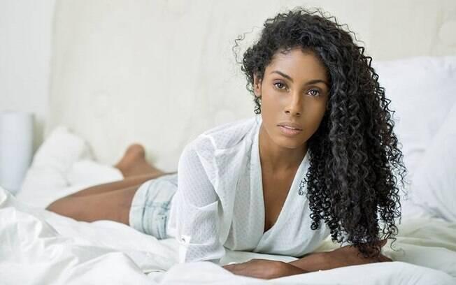 A modelo Caetana Santos, uma das estrelas do Cover Model (do iG) assume seus cachos com orgulho