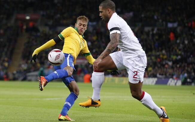 Neymar disputa a bola com Glen Johnson  durante amistoso contra a Inglaterra