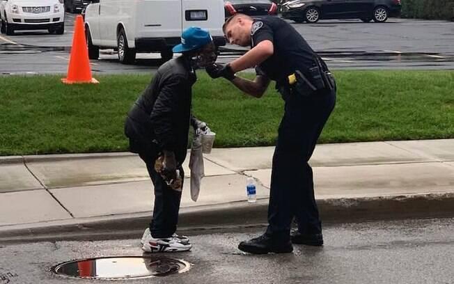 Cena foi registrada por mulher que ficou emocionada com gesto do policial norte-americano. Imagens viralizaram na internet.