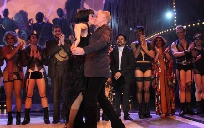 Claudia Raia ganha selinho de Miguel Falabella, responsável pela adaptação do musical Cabaret