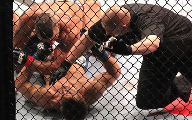 Vitor acerta uma sequência de socos em  Rockhold e o juiz interrompe a luta, dando a  vitória ao brasileiro
