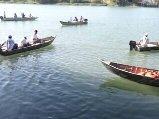 Durante barqueata, grupo recolheu resíduos jogados no rio