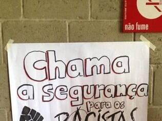 Cartazes foram espalhados pela escola nesta manhã e, segundo os alunos, foram recolhidos pouco tempo depois por dois funcionários negros da instituição