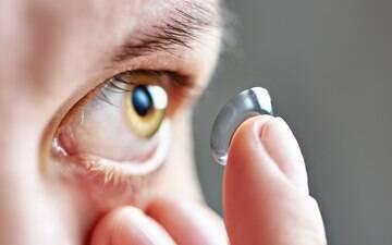 Colocar lentes de contato com as mãos molhadas pode te deixar cego