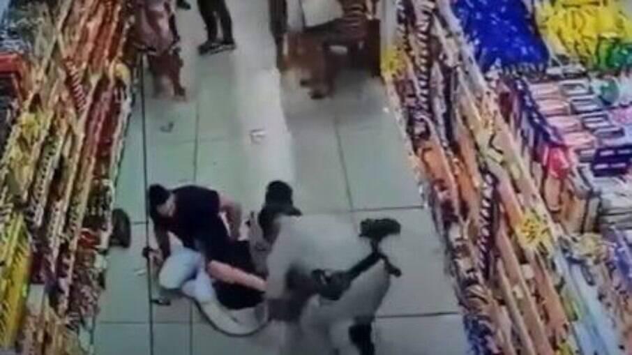 Mulher se recusa a usar máscara em supermercado e tenta agredir policias no DF