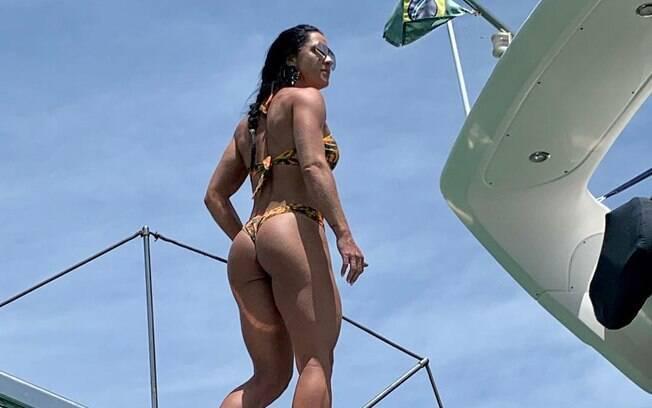 Graciele Lacerda posa de biquíni durante passeio de barco
