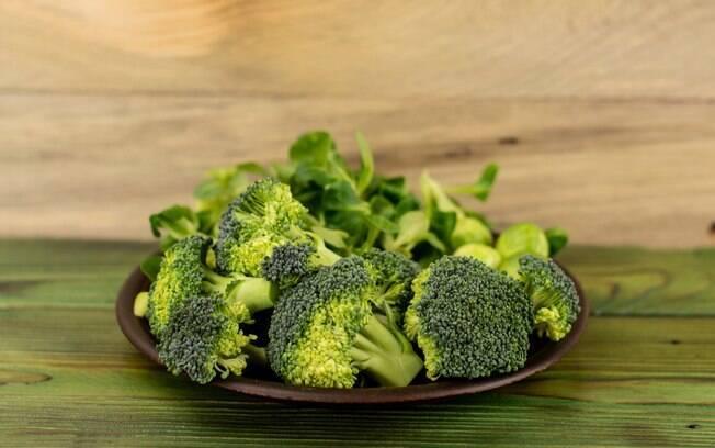 Brócolis tem fama de ter calorias negativas e ajuda na dieta, mas exagerar e ficar só em um alimento não vai te fazer perder peso