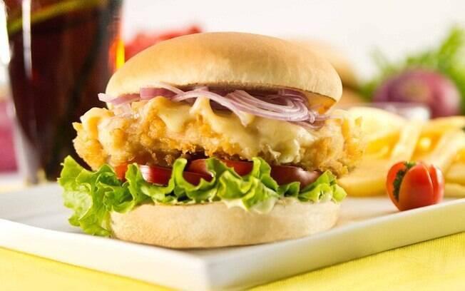 O hambúrguer de frango utilizando um filé é perfeito para fazer em casa