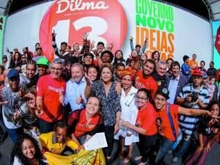 """Periferia.  Ao lado de Lula e de outros petistas, Dilma participou do encontro """"Periferia com Dilma"""""""