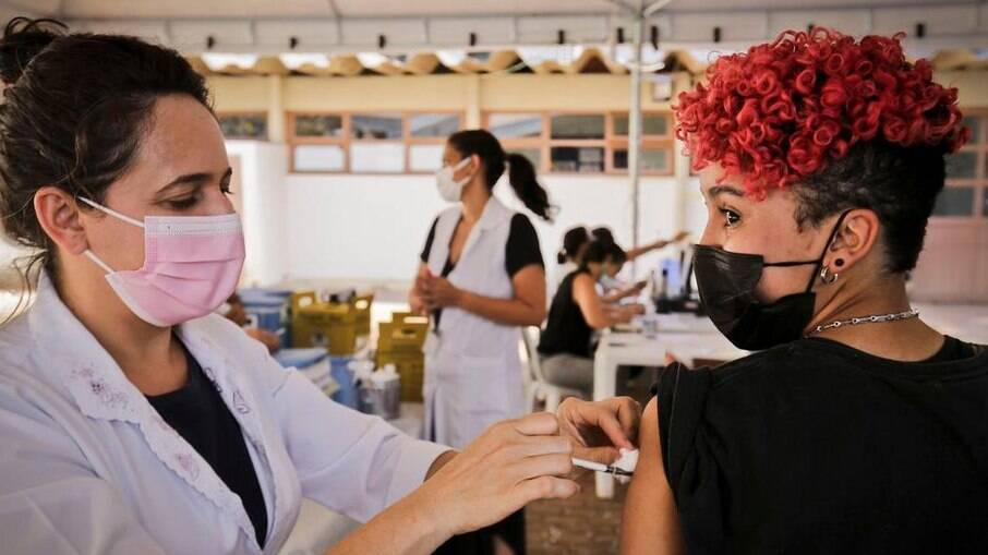 Vacinação de jovens será retomada no Rio