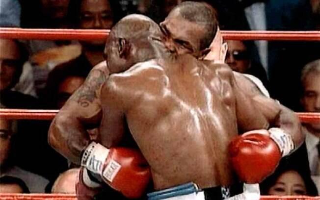 No meio da luta, Tyson mordeu a orelha de Holyfield um dos episódios mais conhecidos e comentados do boxe mundial