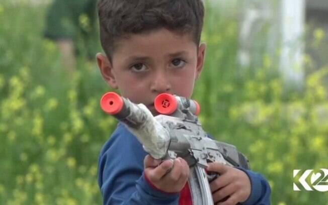 Pequeno iraquiano Messi gosta de brincar com armas depois de ser capturado pelo Estado Islâmico