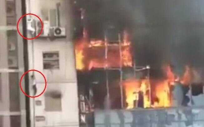 Cinco vítimas se jogaram do edifício, no desespero para fugir das chamas em Bangladesh, outras tentaram fugir por corda