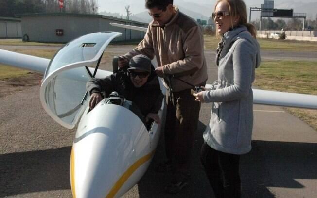 Caio Castro se acomoda no avião