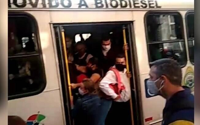 Passageiros registraram nova lotação em ônibus.