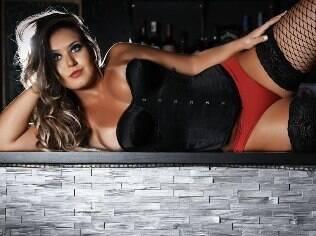 Laryssa de Oliveira posa provocante