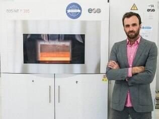 Duann Scott e uma das impressoras 3D da Shapeways
