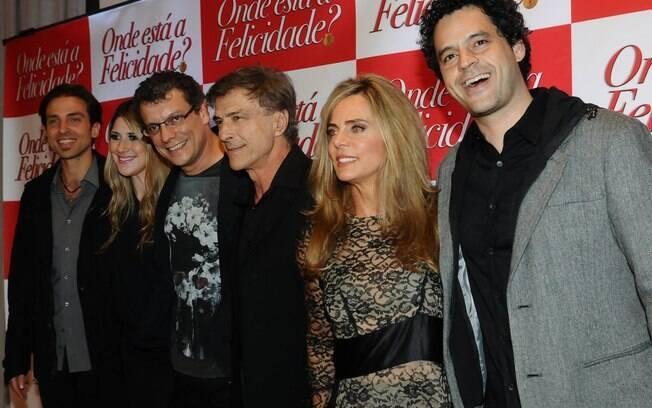 Bruna Lombardi entre Carlos Alberto Ricelli, Bruno Garcia e parte do elenco do filme