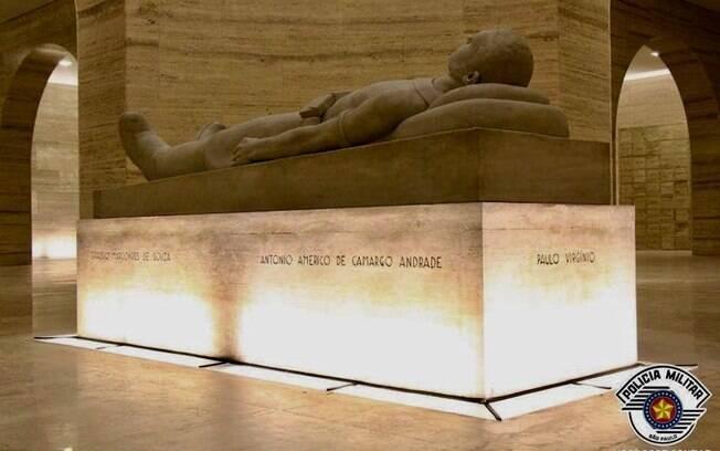 Túmulo localizado no  Obelisco Mausoléu aos Heróis de 32, em São Paulo,  contendo os  restos mortais dos estudantes mortos en 23 de maio de 1932 pela ditadura Vargas: Miragaia, Martins, Drausio e Camargo, e de Paulo Virgínio, também morto em 28 de julho do mesmo ano.
