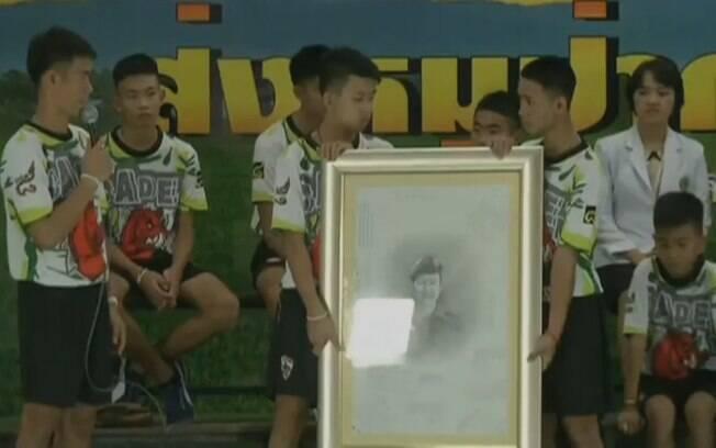 Meninos e treinador homenageiam o mergulhador que morreu durante o resgate na Tailândia