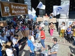 Cidades - Belo Horizonte - MG Manifestacao e ato de limpesa da PBH no centro de BH em greve dos servidores municipal.  FOTO: Uarlen Valerio / O TEMPO - 26.05.2015