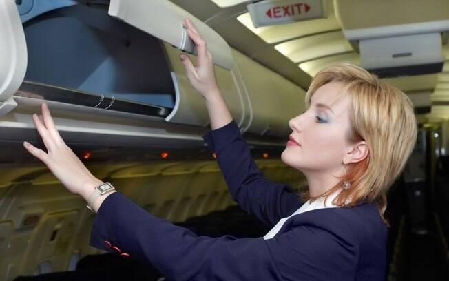 Retire a bagagem do compartimento após o avião ter parado completamente