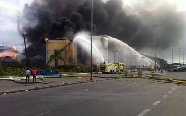 No 4º dia do incêndio em Santos, neste domingo (5), fogo foi controlado em um dos tanques; restam três
