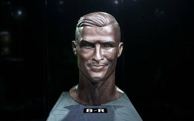 Novo busto de Cristiano Ronaldo pelo artista Emmanuel Santos