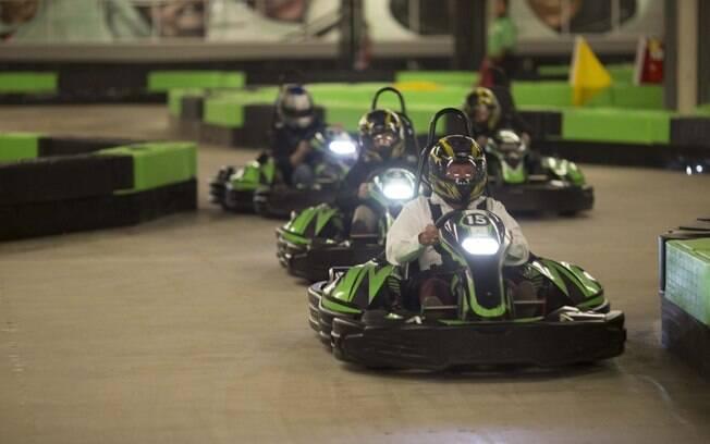 Além de uma pista de kart indoor, o local também oferece pistas de boliche e máquinas de fliperama