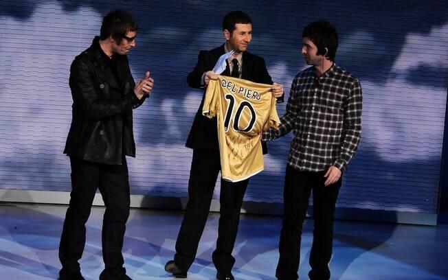 Os irmãos Gallagher também são fãs de Del  Piero. Em um programa de TV italiano, os músicos  receberam uma camisa de presente e conversaram com  o atleta por telefone
