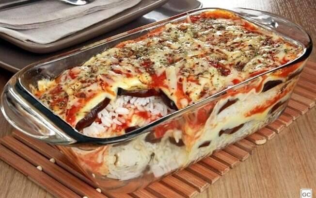 Arroz de berinjela à parmegiana para uma refeição fácil e diferente