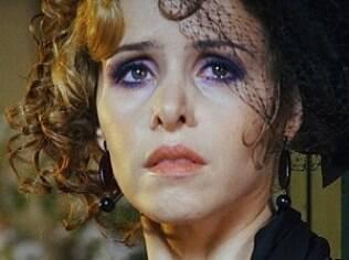 Escondida entre os convidados, Zarolha chora