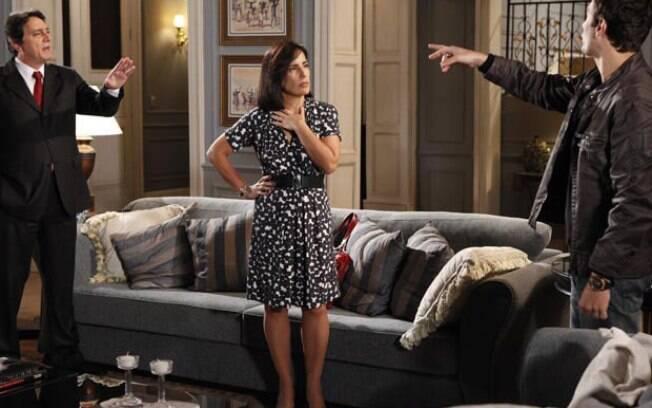 Léo tenta convencer Norma a fugir do Brasil