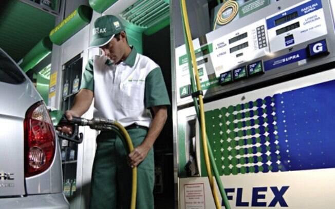 O recomendável é usar gasolina aditivada a cada cinco abastecimentos