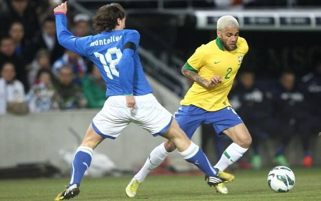 Daniel Alves passa pela marcação de  Montolivo