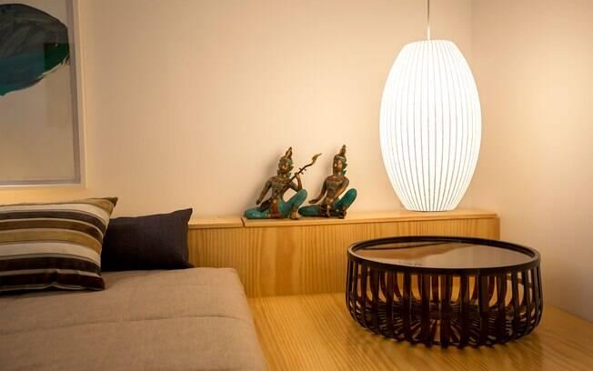 As esculturas sobre a cabeceira ocupam o quarto de um jeito personalizado