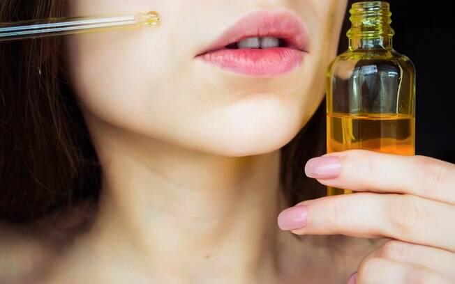 Os óleos essenciais tem diversos benefícios e são um método que te ajuda a fazer uma limpeza de pele mais profunda