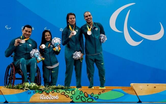 Clodoaldo e a equipe brasileira que garantiu a prata no revezamento 4x50m