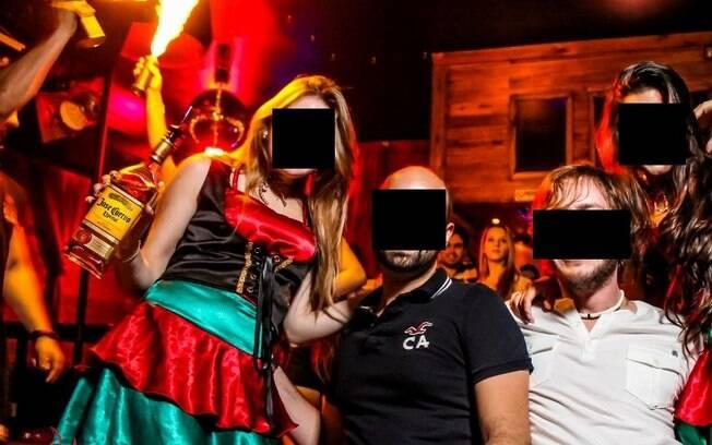 Foto da Fuel mostra que festa universitária, realizada em setembro, teve atrações com fogo (canto esq.)