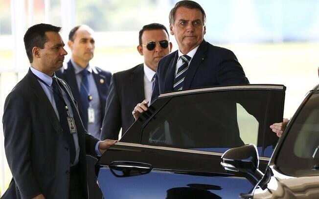 Presidente Jair Bolsonaro falou rapidamente com a imprensa na saída do Palácio da Alvorada