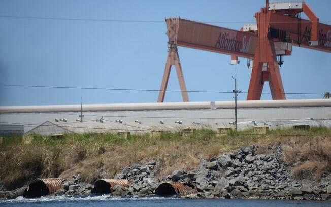 Barramento construído pelo estaleiro impede o fluxo das águas na foz do rio Tatuoca