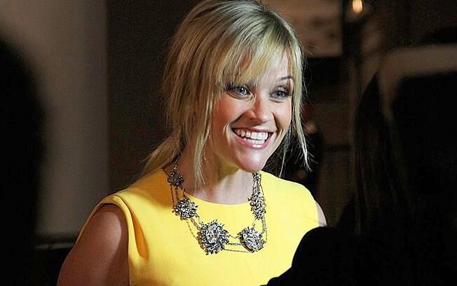 Reese Witherspoon dá entrevista a jornalistas no tapete vermelho